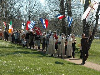 出身地の国旗を掲げて<br /> 行進する復活祭