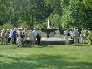 「御父の慈しみの泉」を<br />囲む シニアのグループ