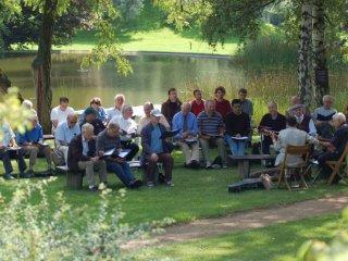 ガリラヤ湖で賛美する<br />男性向けの集いの参加者
