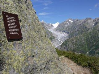 登山道にある 賛美のプレート